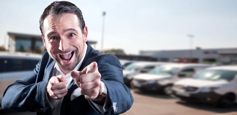 Junger Geschäftsmann verkauft Autos